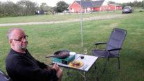 Lekker buiten het eten klaarmaken...