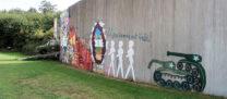Een deel van de voorkant van het museum: enkele stukken muur gekregen van de stad Berlijn.