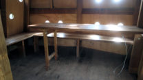 De ene hut bevat zitgelegenheid en een grote tafel.