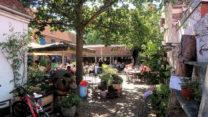 Een gezellig ogende binnentuin van een café-restaurent.