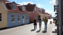 De straat naar het haventje.