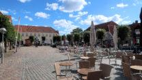 Het marktplein. Dankzij het mooie weer nog mét toeristen en terrassen.