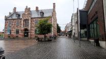 De hoofdwinkelstraat.