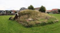 Eén van twee grafheuveltjes in het park naast de kerk. Geocache niet gevonden... -:(