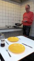 Kokkerellen in de gemeenschappelijke keuken. Makkelijk, daar kun je ook meteen afwassen.