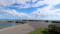 Het havenhoofd van de haven van Asaa.