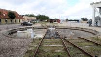 Een soort draaibrug om een locomotief of wagon(s) van het ene spoor op het andere te zetten.