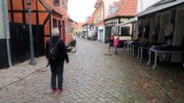 We wandelen door de hoofdstraat van Ebeltoft.