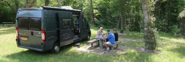 Aan de koffie op de France-Passion camperplaats van Cave Vincent.