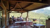 Het terras van het restaurant met prachtig uitzicht.