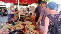 In de rij voor de verse olijven, de verkoper is er druk mee!
