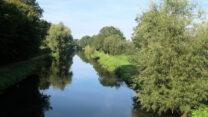 Het riviertje de Niers loopt vlak langs de camperplaats.