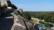 Ons campertje, gezien vanaf de muren rond Langres.