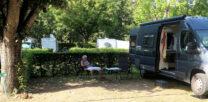 In de schaduw op de camping, het is bijna 30 graden.