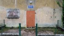 Sommige sluiswachtershuisjes zijn vervallen, andere bewoond. De sluizen worden op afstand bediend.