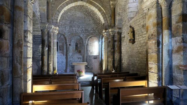 Het interieur van een piepklein kerkje.