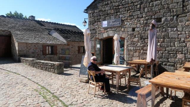 Wachten op de koffie op het enige terrasje in dit dorp.