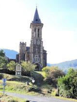 Een bijzondere kerk, een soort kruising met een kasteeltje.