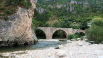 Eeuwenoude bruggen over de rivier.