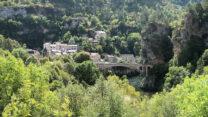 Weer zo'n prachtig gelegen dorpje aan de rivier.
