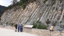 In deze (bijna 90gr. gekantelde) lagen is 5 miljoer jaar geologische geschiedenis.