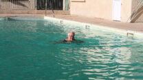 Femma zwemt al vroeg deze ochtend.