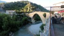 De mooie oude brug van Nyons, gebouwd in de 14e eeuw (vanaf 1340).