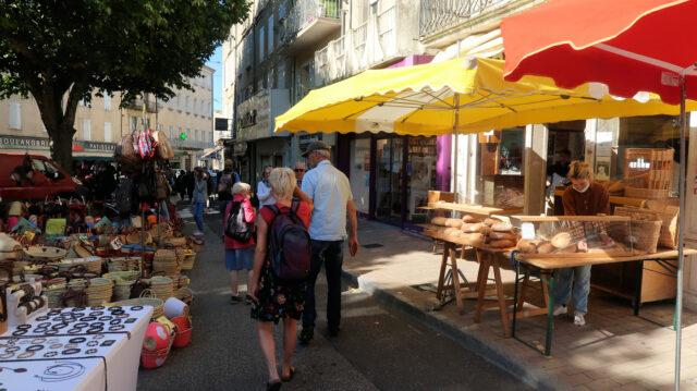 In alle straatjes, pleinen e.d. is het markt.